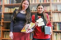Zleva Marie Větrovcová a Karolína Jiráková v nové knihovně obsahující na 2500 publikací. Vznikla z pozůstalosti matematika a filozofa Jiřího Fialy