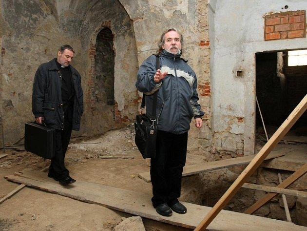 Šéf památkářů Petr Marovič provedl novináře zatím nepřístupnými místnostni františkánského kláštera. Tyto místnosti by do budoucna měly sloužit jako muzeum