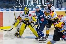 Plzeňský útočník Filip Suchý si v utkání 17. kola hokejové Tipsport extraligy dělá prostor před litvínovským brankářem Denisem Godlou.