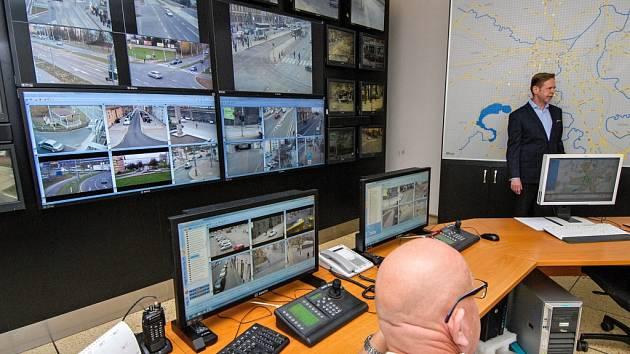 Dění, které přístroje v Plzni zaznamenají, se sleduje celkem na jedenácti místech. Centrální pracoviště (na snímku) se nachází na Klatovské třídě.