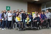 Pacientům s roztroušenou sklerózou s 16 tisíci kroky pomohli studenti sportovního gymnázia.