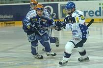 Hokejista Lasselsbergeru Michal Důras (vlevo) bojuje o puk s vítkovickým Jiřím Burgerem v pátečním extraligovém duelu v Plzni.  Domácí tým zvítězil 4:3.