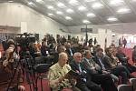 Tisková konference přilákala velké množství lidí.
