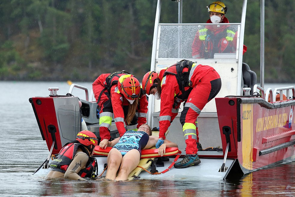42 - Ukázka zásahu záchrany tonoucího z vody.