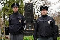 Policisté hlídkují na hřbitovech