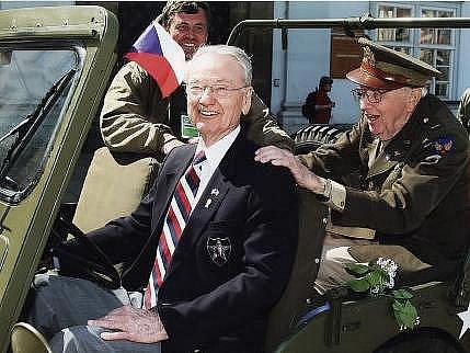 Jeden z válečných veteránů osvoboditelů, kterého připomene zítra zahajovaná výstava v mázhausu plzeňské radnice: Earl Ingram za volantem džípu při loňských Slavnostech svobody v Plzni