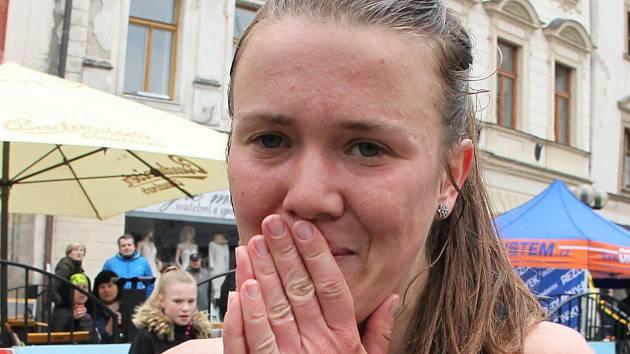 Atletka Tereza Hrochová v cíli.