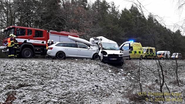Dopravní nehoda u Chotíkova zablokovala hlavní tah na Karlovy Vary.