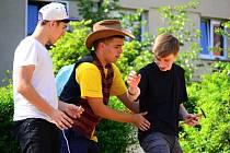 Dominik Zakl (uprostřed) v předchozím představení Marcelka a spol. s Pavlem Sýkorou (vlevo) a Jakubem Jelínkem. Dominik a Jakub spolu hrají i v nejnovější hře souboru Buddeto!.