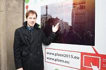 Plzeňan Robert Sládek ukazuje dotykovou výlohu plzeňského informačního centra