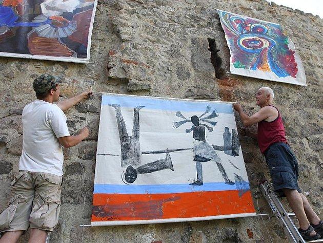Podruhé se k tradičnímu plzeňskému festivalu připojují i výtvarníci. Osm velkoformátových pláten se v Proluce objevilo už o víkendu