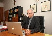 Manažer Petr Holeček má svou podkrovní plzeňskou kancelář zařízenou v jednoduchém stylu