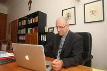 Biskup František Radkovský ve své kanceláři