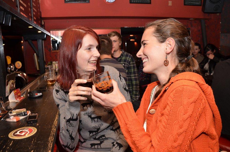 Na zdraví! Po barech se během víkendu častěji cinkalo  sklenicemi. Hospody totiž rychle  zareagovaly na zrušení prohibice.
