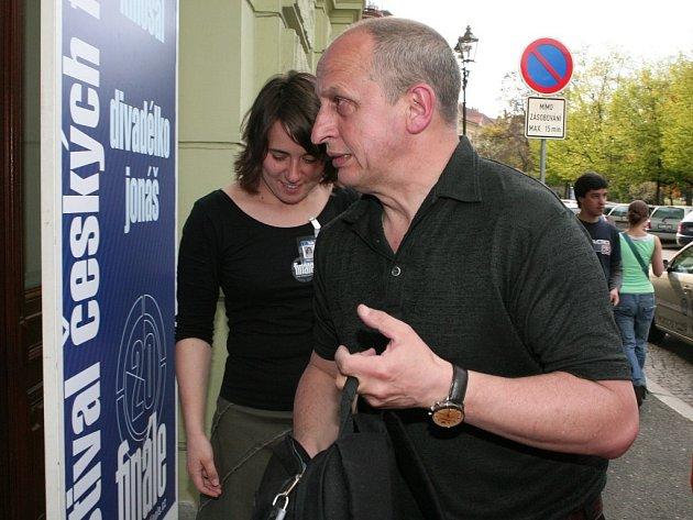 Populární moderátor a herec Jan Kraus přichází do Měšťanské besedy, kde v pondělí debatoval s filmovým znalcem Janem Kastnerem o svých oblíbených filmech