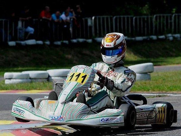 Talentovaný jezdec na motokárách Tomáš Václavík opanoval jako první junior v historii třídu ROK v letošní sezoně a zajistil si účast na mistrovství světa. O teprve 14letém Plzeňanovi jistě ještě uslyšíme