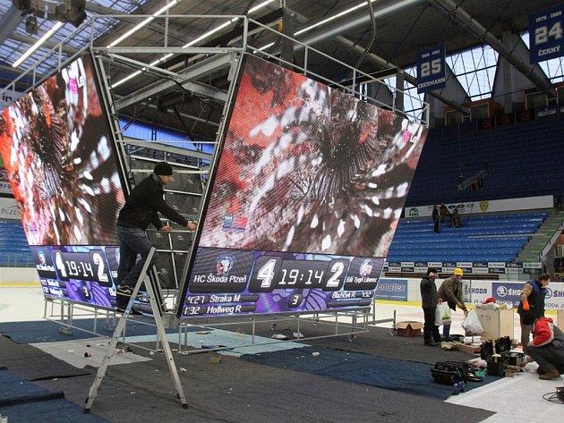 Instalace nové multimediální kostky na zimním stadionu v Plzni
