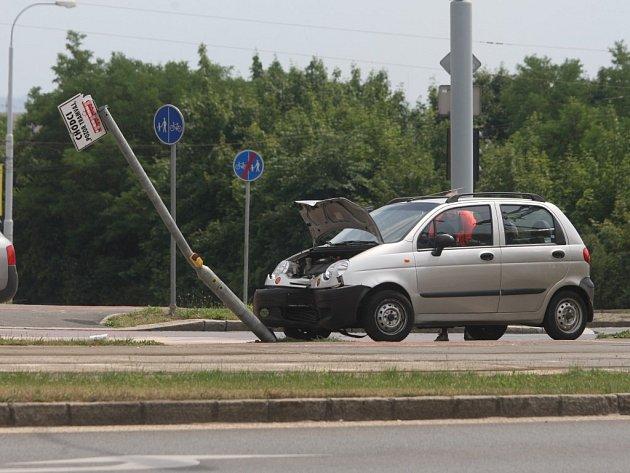Osobní auto narazilo na křižovatce uli Lidická a Karlovarská do sloupu semaforu