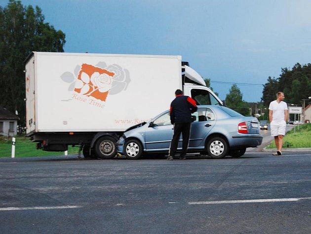 Vpátek kolem dvacáté hodiny se na obchvatu Třemošné srazil osobní automobil sdodávkou