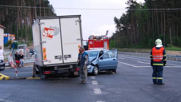 V pátek kolem dvacáté hodiny se na obchvatu Třemošné srazil osobní automobil s dodávkou