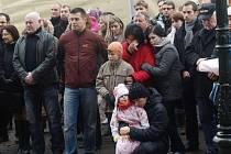 Kolem sto padesáti lidí se přišlo rozlouči s Václavem havlem na náměstí Republiky v Plzni.