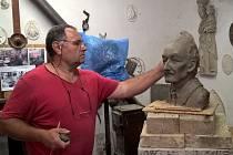 Bartoloměj Štěrba z Kozojed při tvorbě busty Karla Kaňáka