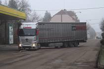 Kamion při otáčení vjel na obrubník a zablokoval tak dopravu