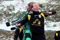 Fotbalisté Lhoty (na archivním snímku z utkání proti Chlumčanům hráč vpravo) podlehli v zápase třetího kola zimního turnaje v Doubravce domácímu týmu 4:5.