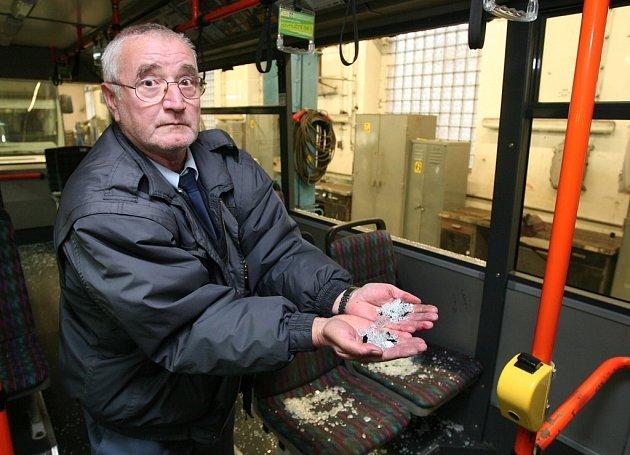 Řidič jednoho z napadených trolejbusů František Tyml ukazuje ostré úlomky rozbitého skla. Při útoku vandalů se naštěstí okno nerozbilo, poté muselo být ale vyndáno a předáno k policejním expertizám.