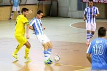 Michal Holý z Interobalu Plzeň si kryje míč před soupeřem.