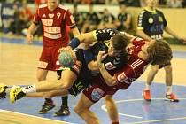 Plzeňský házenkář Jan Blecha (s míčem) se snaží prosadit přes bránícího Milana Kotrče z pražské Dukly.
