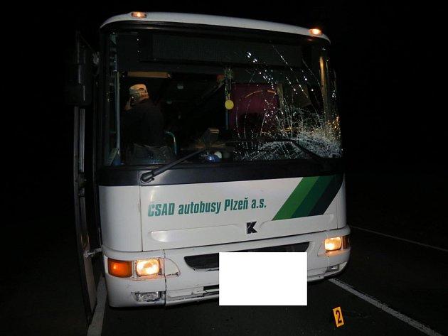 Osobní auto odrazilo cyklistu na autobus