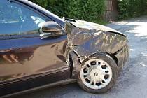 Opilý a zkouřený řidič se snažil ujet i s autem s ulomeným kolem