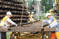 Ve Šťáhlavech začali v úterý stavbaři vytrhávat koleje. Během dvoutýdenní rekonstrukce je nahradí novými