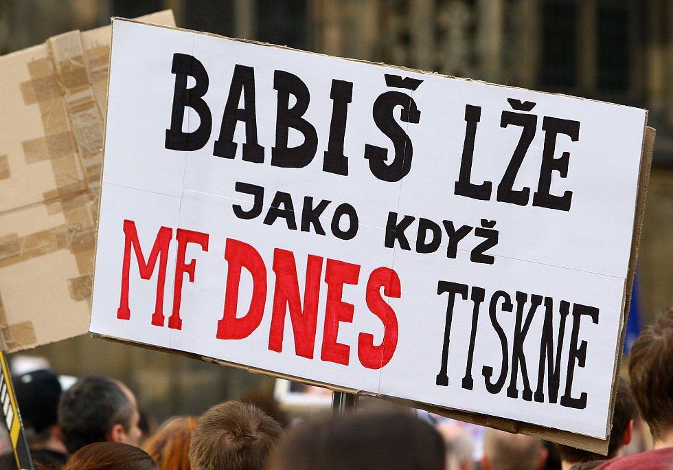Na plzeňském náměstí Republiky v pondělí protestovali lidé proti současné vládě Andreje Babiše.