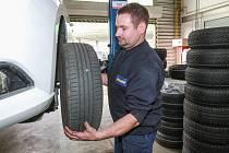 Přezouvání pneumatik. Na snímku Zdeněk Fiala