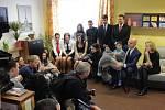 V dětském domově v Plané byl s prezidentským párem také hejtman Plzeňského kraje Josef Bernard s manželkou Gabrielou (na snímku sedící vpravo)