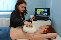 Rychle a bezbolestně dokáže vyšetřit mamograf v Centru prevence ženu v jakémkoliv věku, a to bez rentgenového záření. Na snímku jej na modelce předvádí Monika Menclová
