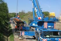 Stejný kolový jeřáb, který v dubnu do železničního mostu u Bdeněvsi mostní provizorium vkládal, ho bude dnes vyndavat