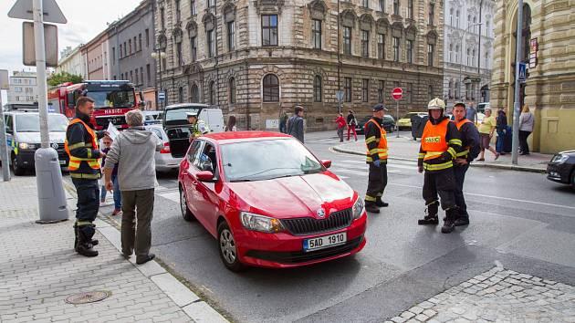 Osobní auto srazilo v Husově ulici v Plzni chodce