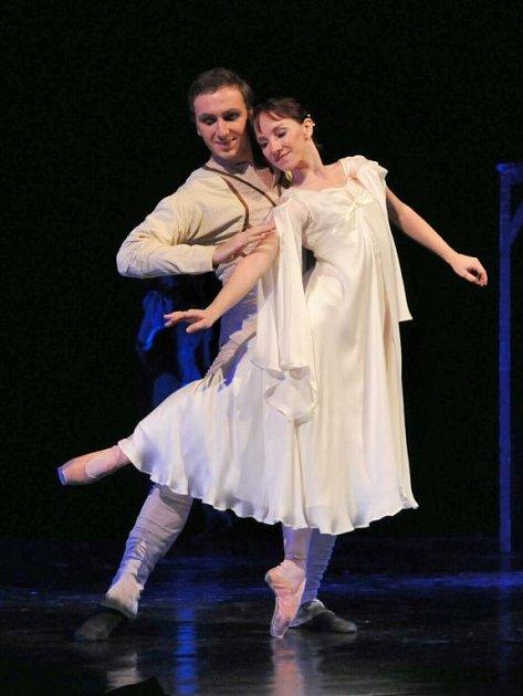 Lenka Hrabovská v roli Markétky a Martin Šinták jako představitel titulní role v baletu Faust, který ve světové premiéře uvidíme tuto neděli v plzeňském Velkém divadle (oba na snímku z generální zkoušky)