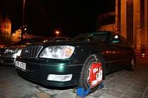 Primátorův Lexus dostal ve čtvrtek před radnicí botičku