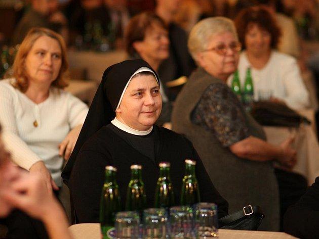 Dobrovolníci, kteří zdarma a ve svém volném čase pomáhají potřebným lidem se sešli v Měšťanské besedě v Plzni.