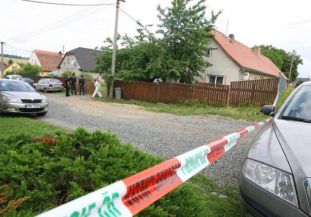 Zřejmě k vraždě a sebevraždě došlo ve středu ráno v Tymákově na jižním Plzeňsku. Mrtvé manžele našel přímo v jejich domě syn