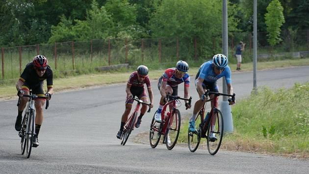 ÚNIK. V polovině kritéria unikla na sedm okruhů silná čtveřice (zleva)  Nicolas Pietrula, Petr Fiala, Petr Klabouch a Danile Turek.