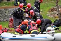 Nácvik hasičů na přehradě Hracholusky pro případ povodňové situace