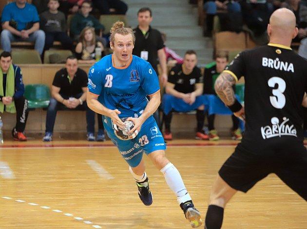 Házenkáři Karviné (v tmavém) po famózním druhém poločase zdolali mistrovskou Plzeň 30:27. V poločase prohrávali o šest gólů.