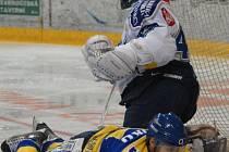 Ve středu  hokejisté Lasselsbergeru Plzeň ulovili Lvy z Ústí,  na snímku kryje brankář Roman Málek  puk před dotírajícím soupeřem  a  dnes by rádi skolili  i  Znojemské orly
