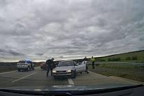Zadržením 34letého řidiče pod vlivem drog zakončili policisté honičku plzeňskými ulicemi a po dálnici D5. K jeho zpomalení použili i takzvaný PIT manévr, tedy řízený náraz do jeho vozidla.