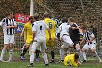 Fotbalisté Bolevce (v bílých dresech) se s domácí Prokopávkou rozloučí sobotní duelem proti Tlumačovu.